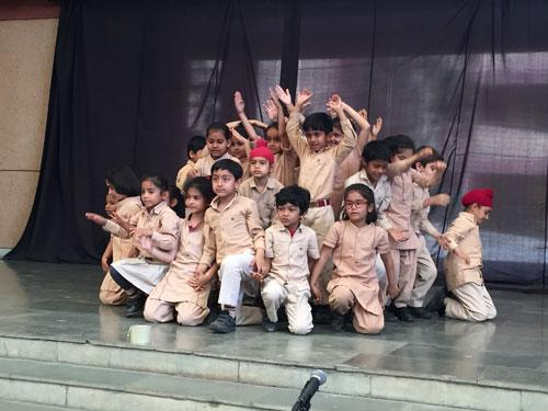 kapur-students-on-stage-500
